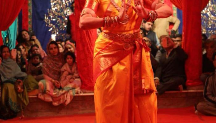 uttar pradesh hema malini dance at radha raman temple mathura