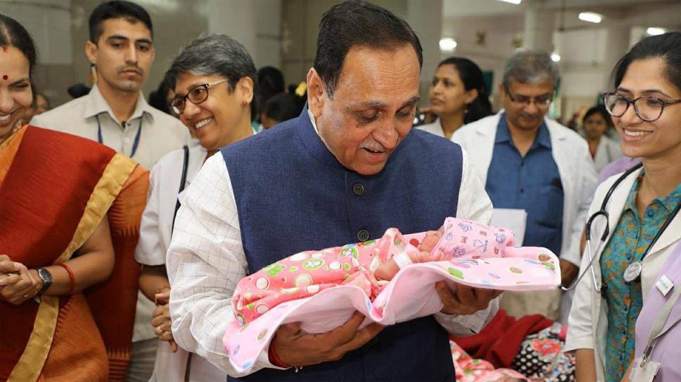 સીએમ રૂપાણી સિવિલમાં 'નન્હી પરી'ને મળ્યાં–દિકરી ખોળામાં તેડી સ્નેહ વરસાવ્યું