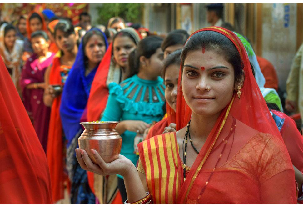ખેરમાઈ મંદિરમાં રાહ જોતી મહિલાઓ
