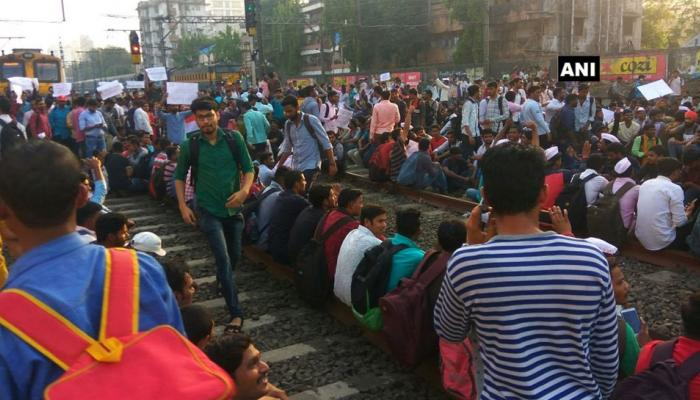 મુંબઇની 'લાઇફલાઇન' ઠપ્પ: વિદ્યાર્થીઓએ CST-માટુંગા રૂટને કર્યો જામ