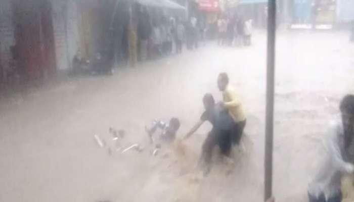 VIDEO: ભાવનગરના જેસરમાં બાઇક સાથે બે લોકો પાણીમાં તણાયા