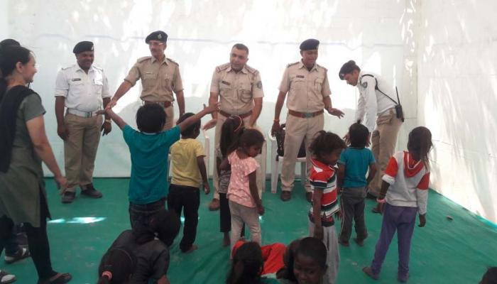 Pics : રસ્તે રઝળતા બાળપણને સાચા રસ્તે ચડાવતી ટ્રાફિક પોલીસ