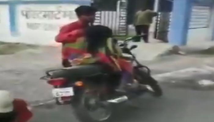 Video: ದ್ವಿಚಕ್ರ ವಾಹನದಲ್ಲಿ ತಾಯಿ ಶವ ಸಾಗಿಸಿದ ಪುತ್ರ!