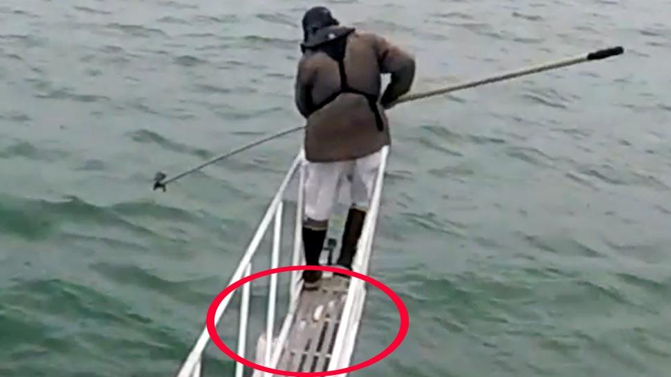VIDEO: ಸಮುದ್ರದಲ್ಲಿ ಮೀನು ಹಿಡಿಯುತ್ತಿದ್ದ ವ್ಯಕ್ತಿಯ ಮೇಲೆ ದಾಳಿ ಮಾಡಲು ಬಂತು 'ಶಾರ್ಕ್'!