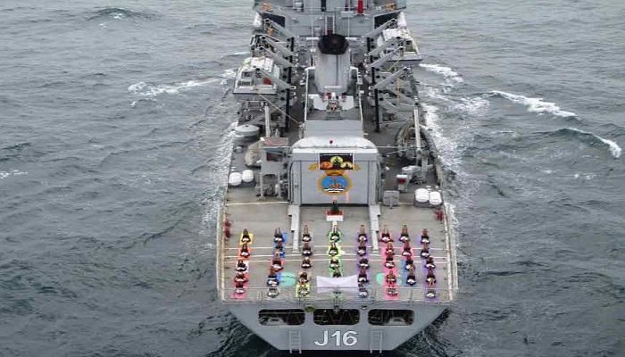 ಅಂತರರಾಷ್ಟ್ರೀಯ ಯೋಗ ದಿನ: ಹಡಗಿನಲ್ಲಿ ಭಾರತೀಯ ನೌಕಾ ಪಡೆಯಿಂದ ಯೋಗ ಪ್ರದರ್ಶನ