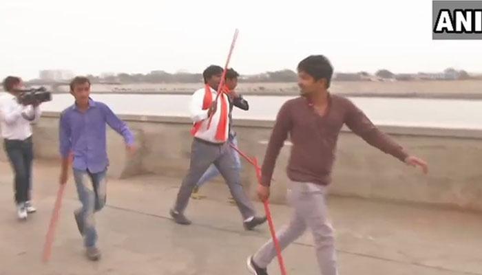 காதல் ஜோடிக்கு அடி உதை கொடுத்து விரட்டிய இந்துத்துவா அமைப்பினர்!