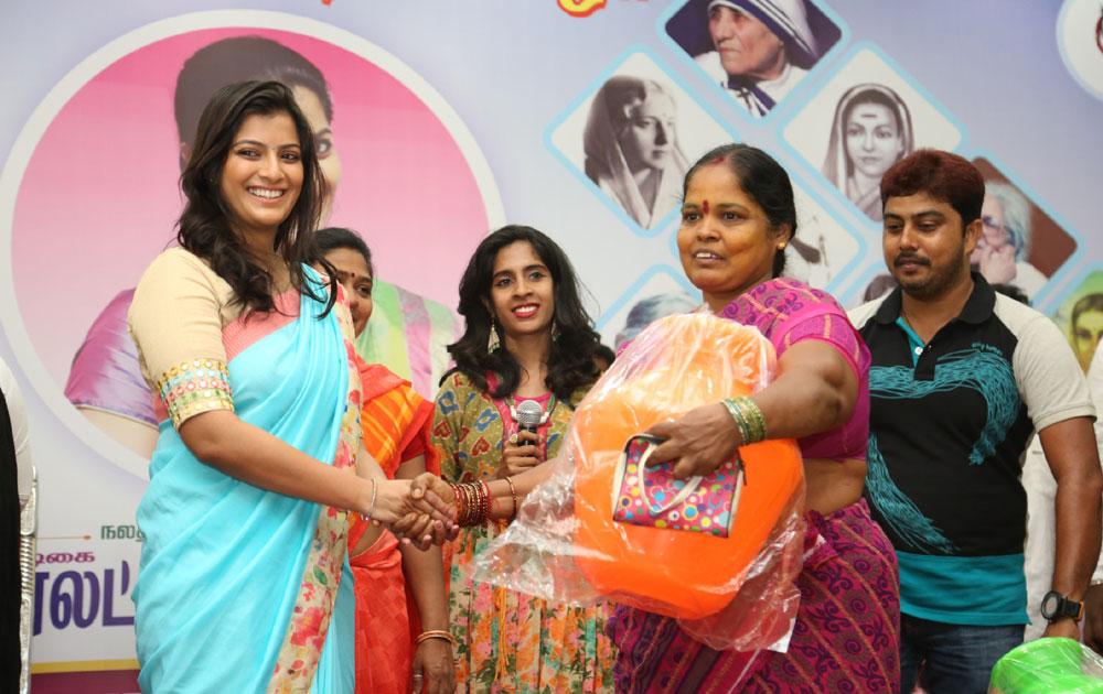மகளிர் தினம்: இரத்த தானம் செய்த நடிகை வரலட்சுமி