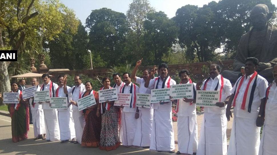 காவிரி விவகாரம்: டெல்லியில் அதிமுக எம்.பி.க்கள் போராட்டம்!
