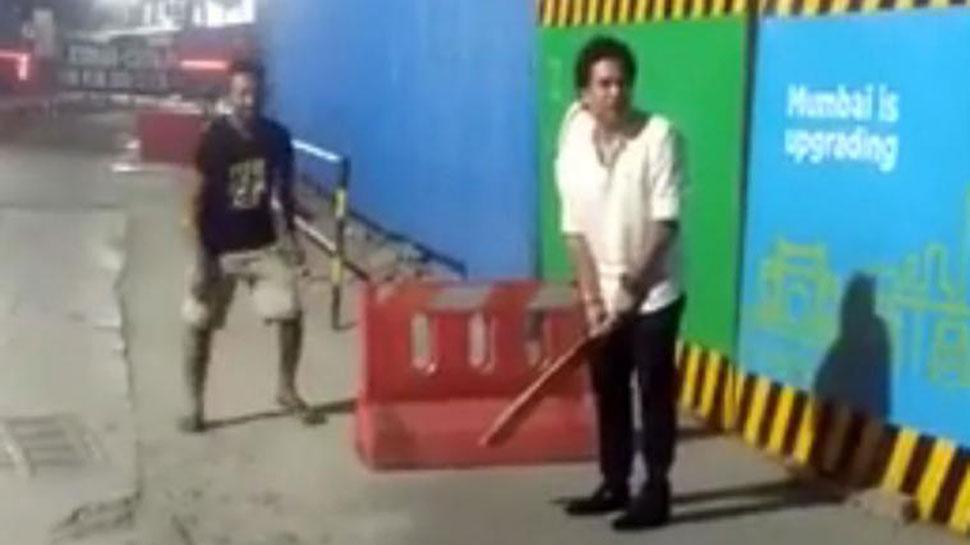 ரசிகர்களுடன் தெருவில் கிரிக்கெட் விளையாடிய சச்சின்: Viral Video!!