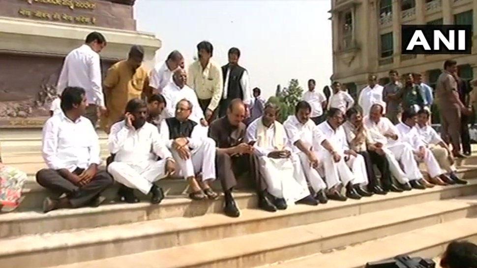 கர்நாடக சட்டப்பேரவை முன்பு காங்., மஜத கட்சியினர் தர்ணா!