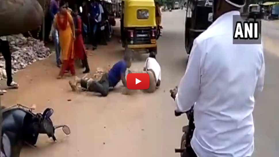 வீடியோ: மதுபோதையில் இரண்டு போலீசாரை சரமாரியாக தாக்கிய நபர்