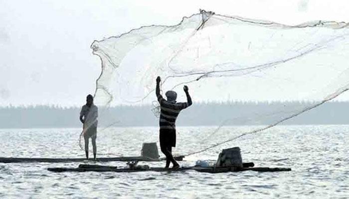 மீனவர்கள் 10 பேர் படகுடன் சிறைபிடித்த இலங்கை கடற்படை