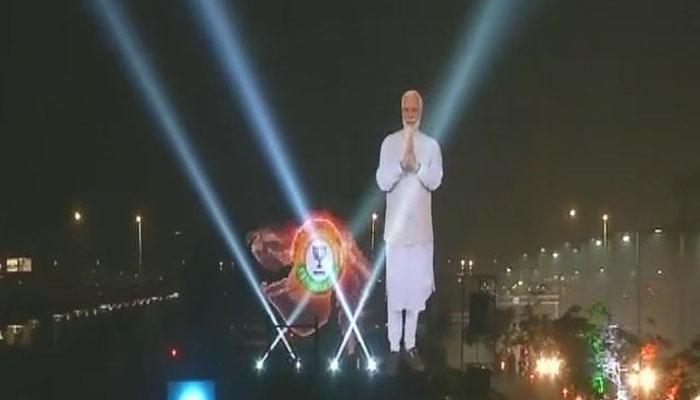 வீடியோ; அகமதாபாத்தில் லேசர் லைட்டில் மின்னிய மோடியின் சிலை!