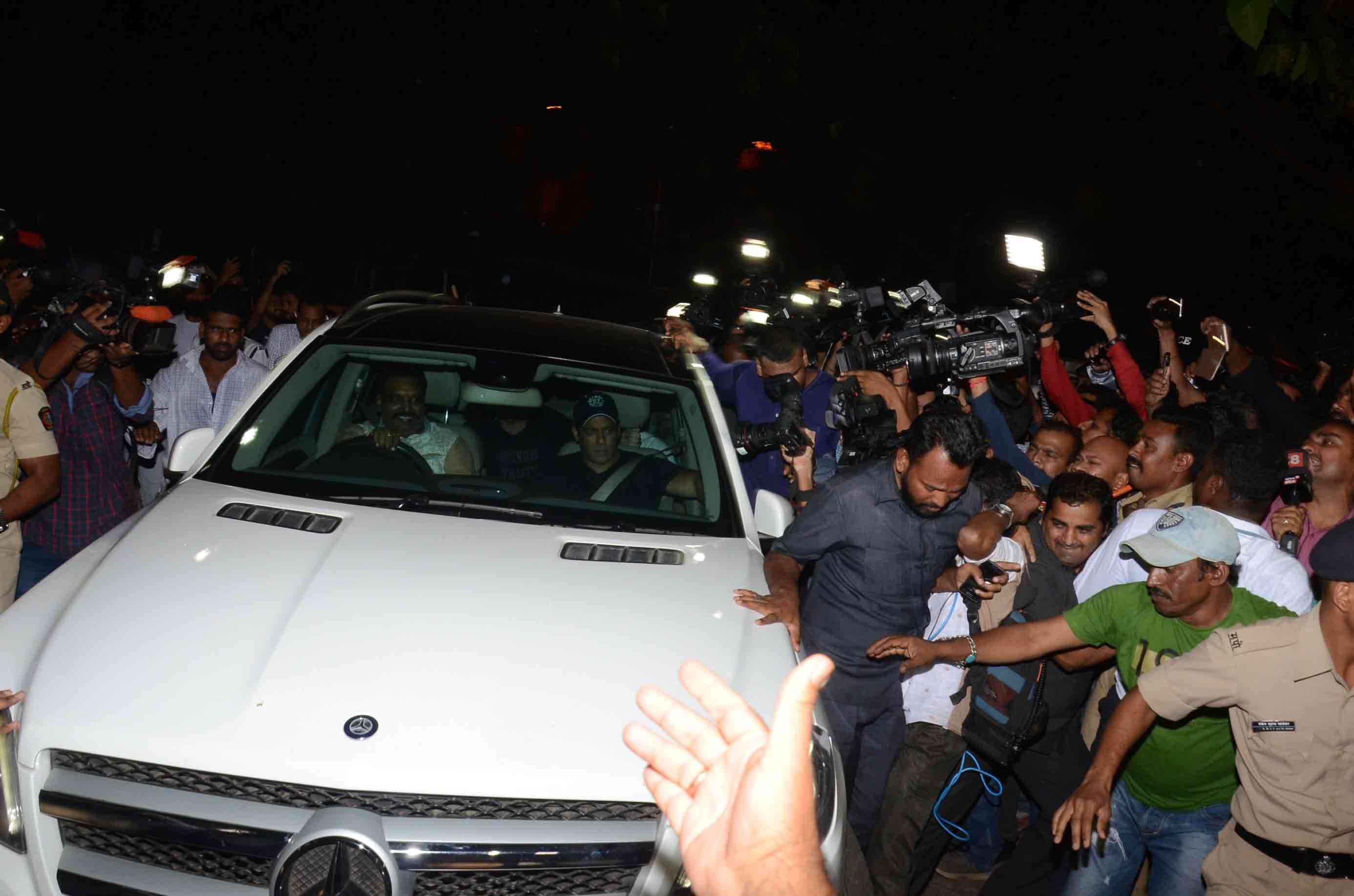 Salman Khan receives grand welcome in mumbai