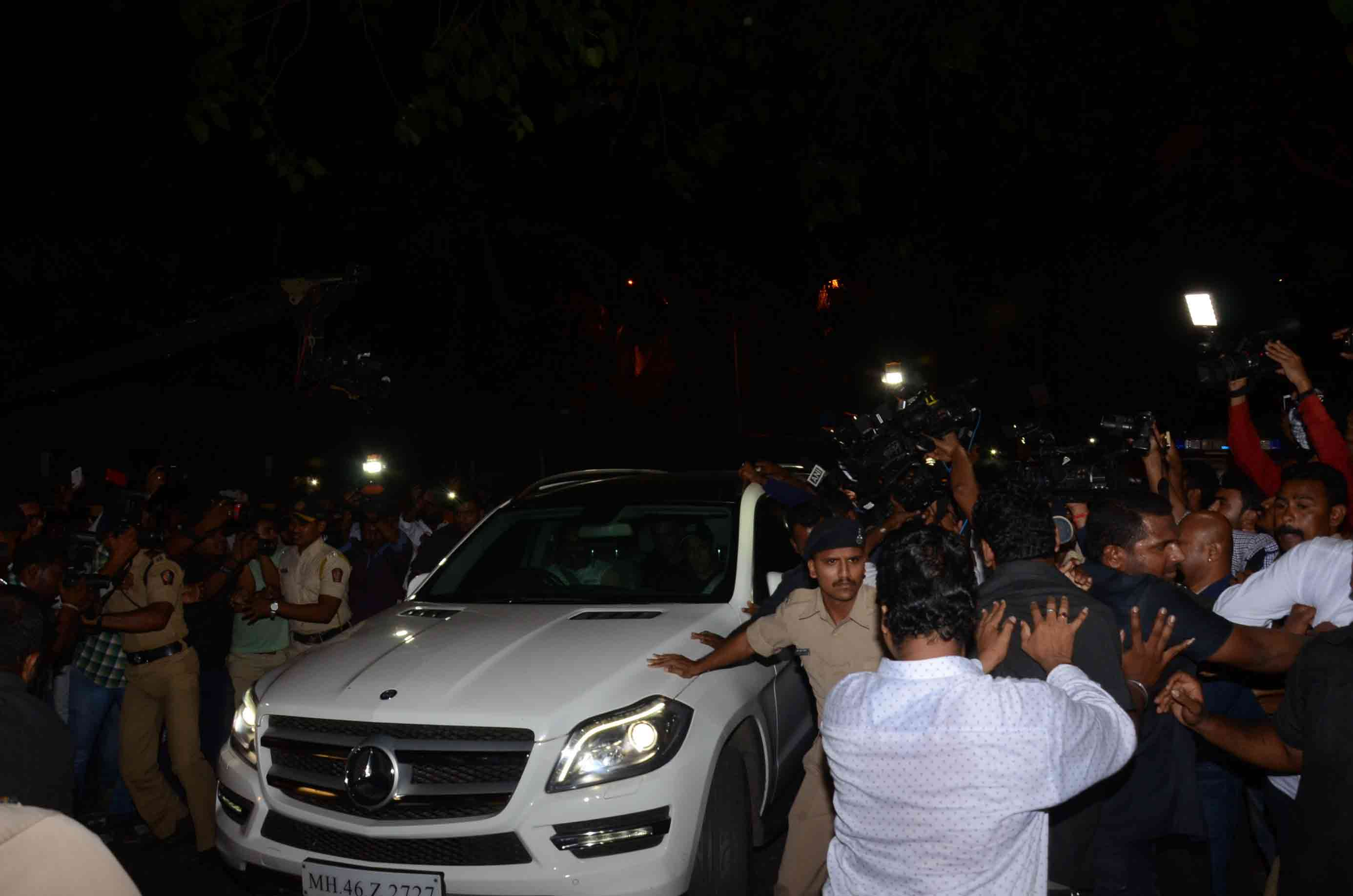 Salman Khan`s fans welcomes him in mumbai after releasing from jail in Jodhpur