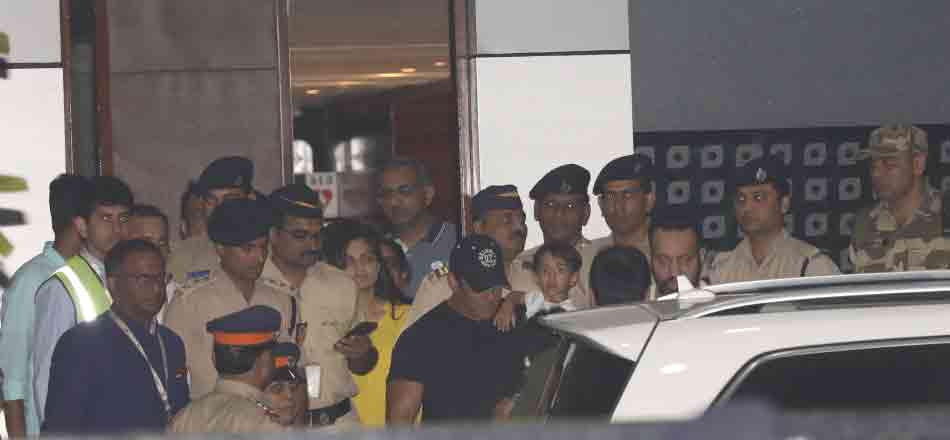 Salman Khan spotted out side of Mumbai airport